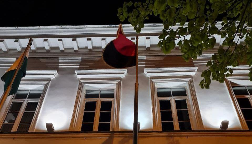 Поряд із Полтавською міською радою замайорів чорно-червоний стяг